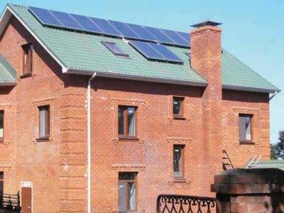 Дом с солнечными батареями на крыше не подвержен перепадам в электросети