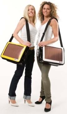 Сумка с солнечной батареей выглядит изящно на фоне остальной стильной одежды